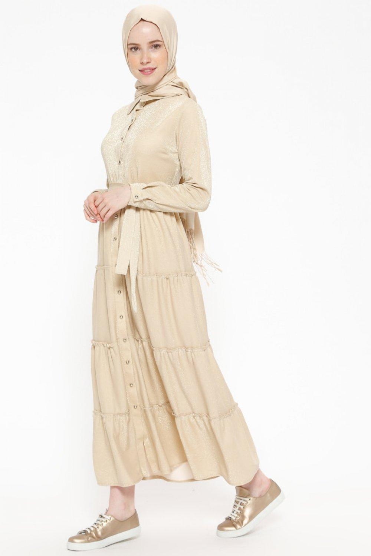 942a9d39edc21 Beha Tesettür Bej Kendinden Simli Boydan Düğmeli Elbise | ElbiseBul
