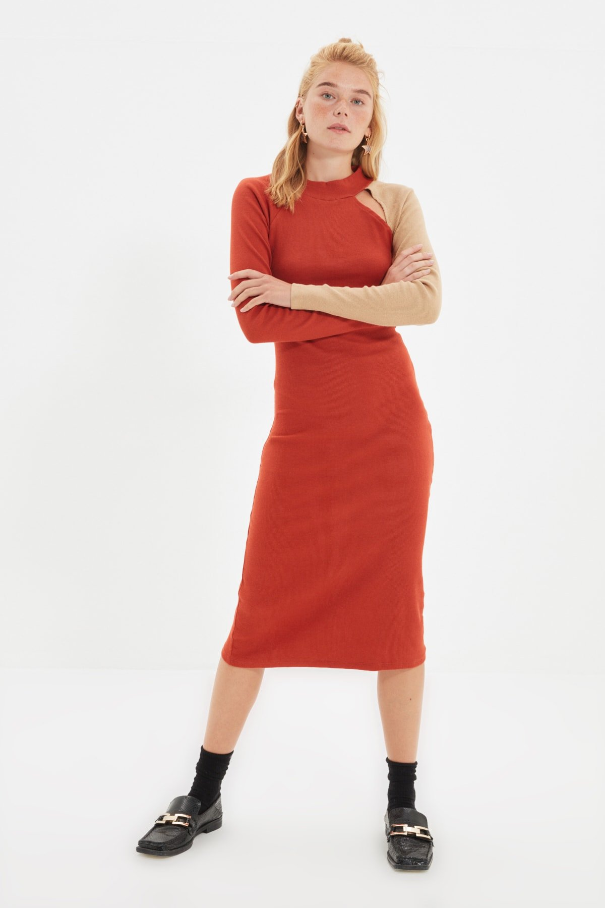 Trendyolmilla Tarçın Renk Bloklu Cut Out Detaylı Örme Midi Elbise
